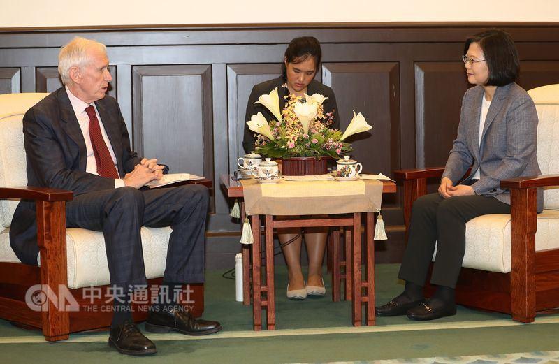 總統蔡英文(右)13日在總統府接見美國在台協會(AIT)主席莫健(左)。中央社記者張皓安攝 107年6月13日