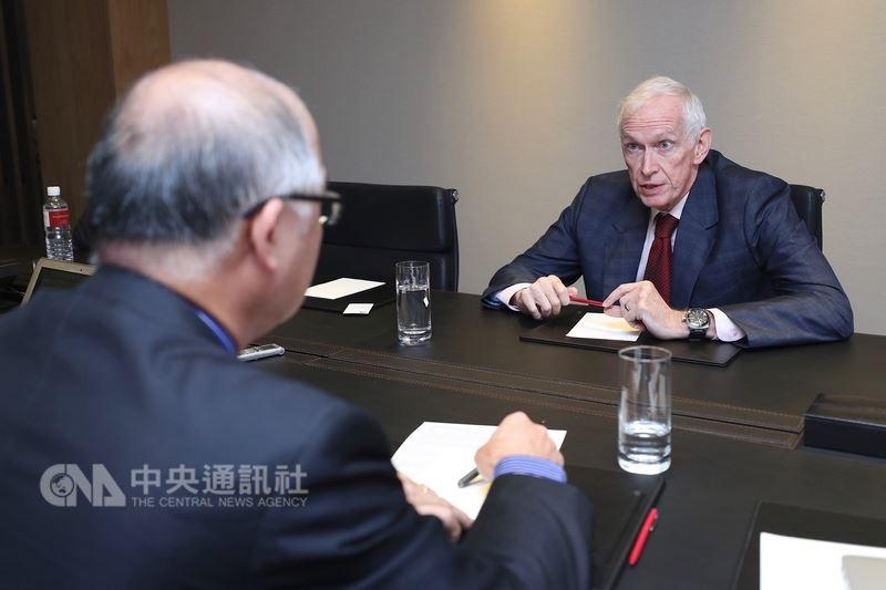 美國在台協會(AIT)主席莫健(後)13日接受中央社專訪。 中央社記者吳翊寧攝 107年6月13日