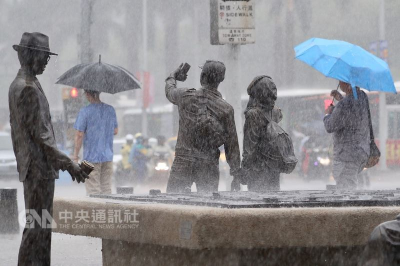 中央氣象局表示,13日起鋒面及西南氣流影響台灣,未來一週全台都有機會出現大雨或豪雨。(中央社檔案照片)