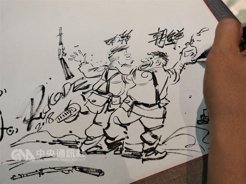 第17屆國際漫畫家大會13日晚間在新北市舉行開幕儀式,「韓國漫畫映像振興院」邀各國漫畫家一同揮灑畫筆創作「南北韓和平期許」,有畫家繪出另類「文金會」背影,作品取名為「放下武器,開心喝酒」。中央社記者江佩凌攝 107年6月13日