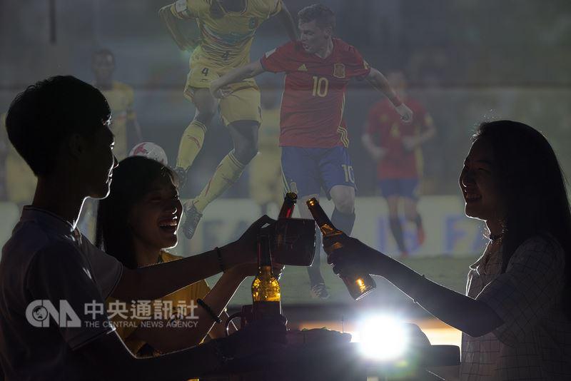 搶搭世足賽熱潮,南部一家飯店業者特別推出在高空酒吧舉辦「高空足球盛典」活動,將以500吋巨幅投影牆播放即時賽況。(業者提供)中央社記者陳葦庭傳真 107年6月13日