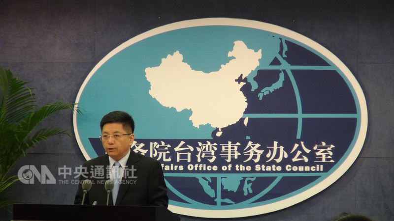 中國國台辦發言人馬曉光13日說,兩岸關係嚴重倒退,能否撥雲見日,關鍵要看如何對待兩岸共同政治基礎的態度,「承認九二共識、認同兩岸同屬一中」,就能回到和平發展方向。中央社記者周慧盈北京攝  107年6月13日