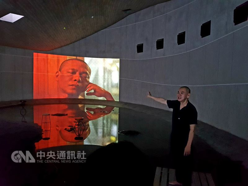 導演蔡明亮(右)為壯圍沙丘旅遊服務園區規劃為期2年的「行者.蔡明亮」展,民眾可一口氣在館內觀賞8部「行者」系列電影。日前他更嘗試第一次在園區直播。(圖取自「蔡明亮Tsai Ming Liang」臉書)中央社記者江佩凌傳真  107年6月13日