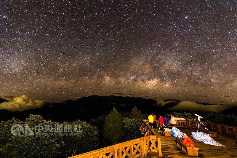 阿里山「銀河季」將於暑假登場,參加者可在小笠原山欣賞滿天星斗,感受宇宙的浩瀚。(嘉義林管處提供)中央社記者江俊亮傳真  107年6月13日