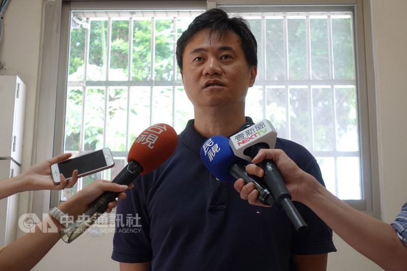 對於有媒體報導賣學籍等情事,台北市大同高中羽球隊指導教練蕭博仁13日說,能進大同高中羽球隊須具備一定實力,「長期以來是羽球界的建中跟北一女,沒最高水準絕對進不來」。中央社記者梁珮綺攝 107年6月13日