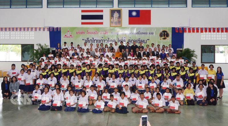 在泰國打拚近30年的台商郭修敏,為感謝泰國社會給予的經營環境和員工的貢獻,以頒發獎學金的方式來回饋,12日頒發獎學金後與所有來賓與學生合影。(泰豐公司提供)中央社記者劉得倉曼谷傳真  107年6月13日