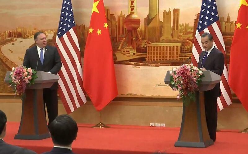 美國國務卿蓬佩奧(左)14日前往北京,會晤中國外交部長王毅(右)。(圖取自美國國務院臉書www.facebook.com)