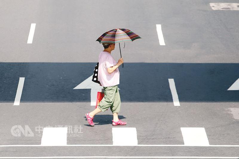 中央氣象局15日起將以黃色、橙色及紅色3個燈號等級發布高溫資訊,提醒注意防範熱傷害。(中央社檔案照片)
