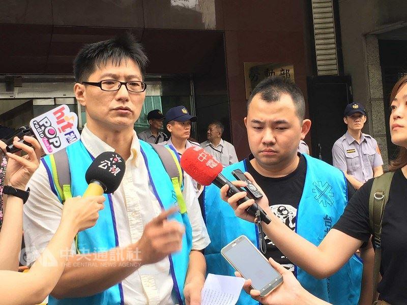 勞動部14日討論媒體業等10個行業是否鬆綁七休一,多個媒體工會到勞動部前抗議,東森電視工會理事長廖啟光(左)受訪表示,如果真的要開放,一定要有配套措施。中央社記者余曉涵攝 107年6月14日