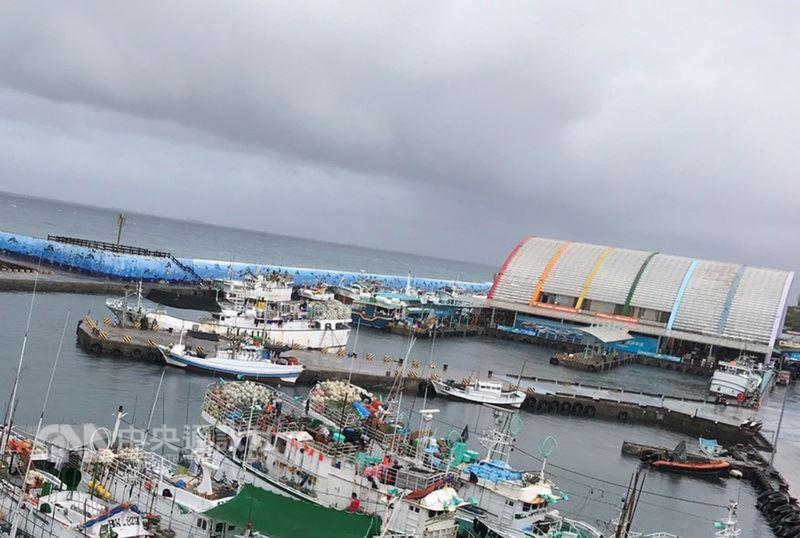 熱帶低氣壓形成,屏東縣14日上午8時起,風雨逐漸加大,東港及小琉球出現長浪,東港到小琉球間的交通船將在下午停駛。(琉球區漁會提供)中央社記者郭芷瑄傳真  107年6月14日