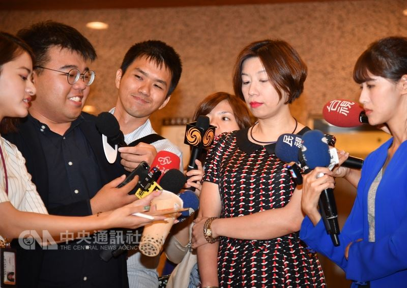 民進黨立委林靜儀(右2)14日在立法院,說明對於她透過臉書表示使用湯匙喝珍珠奶茶響應減塑的議題。中央社記者王飛華攝 107年6月14日