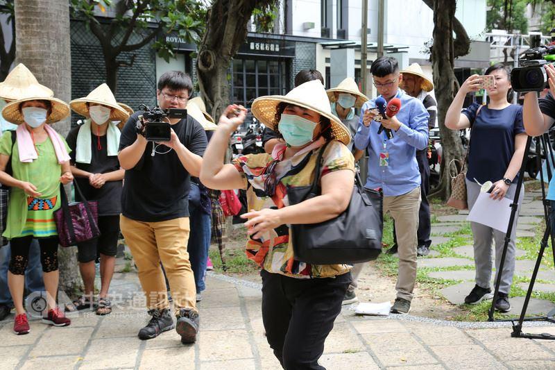 台南七股養殖戶14日到大同公司抗議,向大同太陽能電廠的看板扔擲文蛤,表達反對立場。(中華金融人員暨投資人協會提供)中央社記者吳家豪傳真 107年6月14日