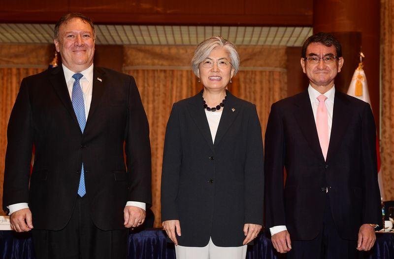 南韓外交部長官康京和(中)14日與美國國務卿蓬佩奧(左),以及日本外務大臣河野太郎(右)進行3國外長會談。(韓聯社提供)