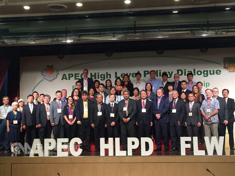 APEC(亞太經濟合作)主辦經濟體巴布亞紐幾內亞14日、15日在台北舉辦「2018年強化公私部門夥伴關係降低糧食損失與浪費,以促進永續APEC糧食體系高階政策對話會議」暨推動「降低糧食損失與浪費創新展」活動,共有16個APEC會員、100餘位公私部門代表出席。中央社記者楊淑閔攝  107年6月14日