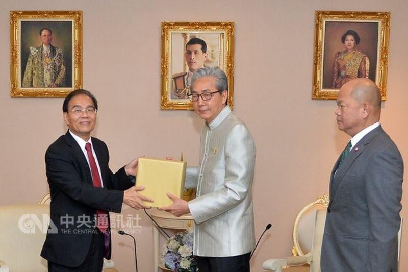 泰國副總理宋奇(中)13日接見鴻海集團副總裁戴正吳(左),邀請鴻海集團到泰國東部經濟走廊(EEC)投資設廠。(總理府提供)中央社記者劉得倉曼谷傳真  107年6月14日