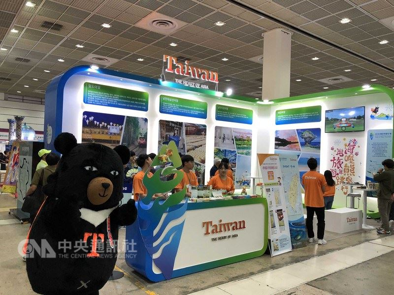 台灣觀光局駐首爾辦事處14日參加在首爾COEX展場開幕的第33屆韓國國際觀光展,包括體驗台灣豐富觀光景點的各項活動,再次吸引了不少南韓民眾登門造訪。(觀光局提供)中央社記者姜遠珍首爾傳真  107年6月14日
