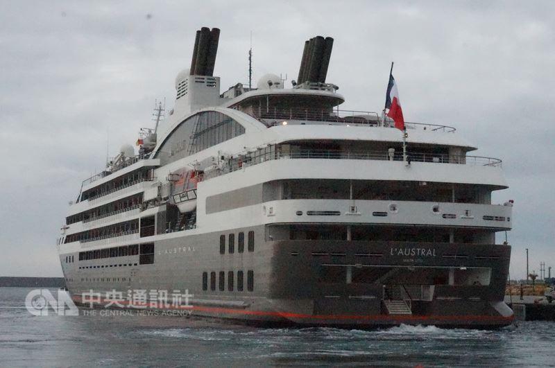 以服務高端市場著稱的南冠號郵輪14日清晨航抵花蓮港,是自106年3月首度靠泊花蓮港後,第2度來訪,船上搭載214名旅客,共有105名服務員。中央社記者李先鳳攝 107年6月14日