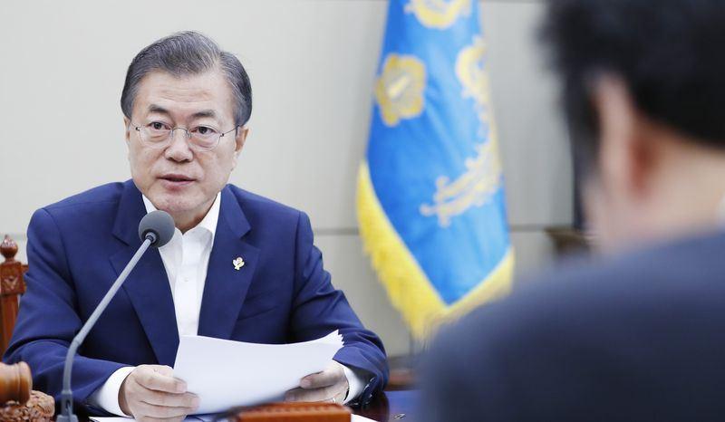 南韩总统文在寅14日下午在青瓦台主持国家安全保障会议时表示,如果朝鲜认真落实非核化措施,可以考虑停止举行韩美联合军事演习。(韩联社提供)