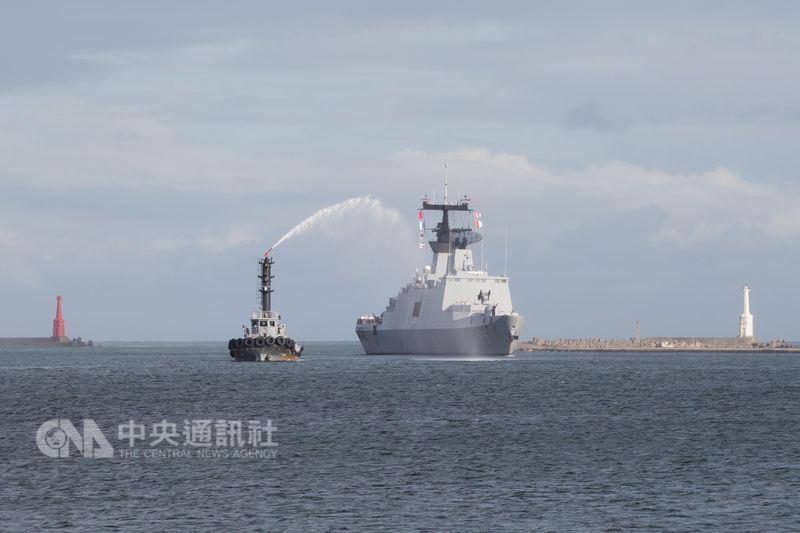 107年海軍敦睦支隊14日上午返國,昆明軍艦返港時, 拖駁船噴起歡迎水柱。(軍聞社提供)中央社記者游凱翔傳真  107年6月14日