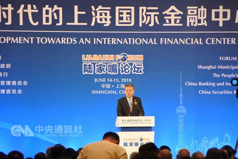 中國銀行保險監督管理委員會主席郭樹清14日在第10屆陸家嘴論壇上發表演講,對於當前防範系統性金融風險,他表示仍有些企業心存僥倖。中央社記者張淑伶攝  107年6月14日