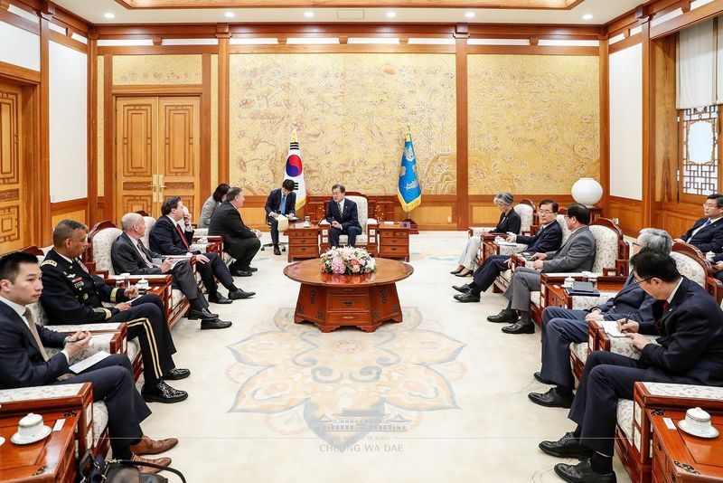 南韓總統文在寅14日在青瓦台接見美國國務卿蓬佩奧。(圖取自青瓦台臉書www.facebook.com)