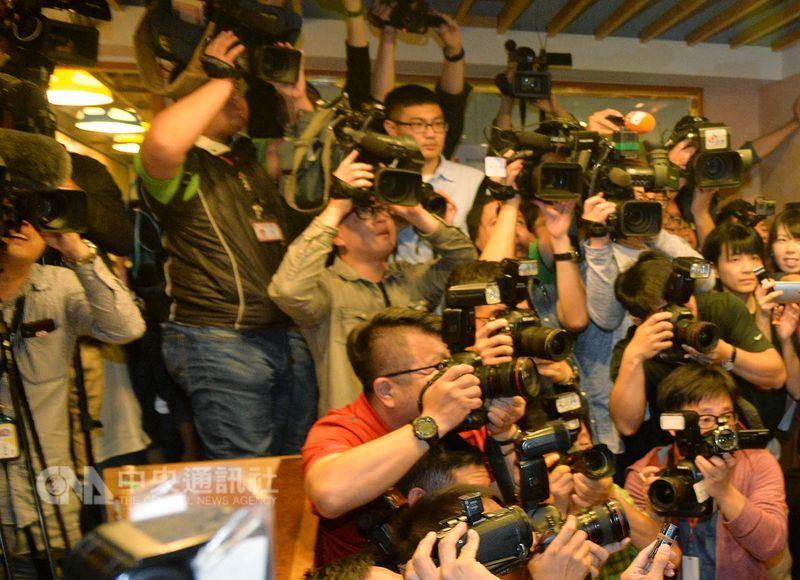 勞動部14日下午召開勞動基準諮詢會,討論媒體業等10行業鬆綁七休一。圖為媒體採訪情形。(中央社檔案照片)