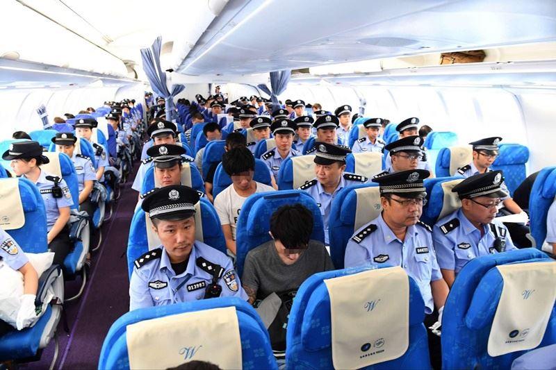 中國大陸公安局於2016年9月2日以包機從亞美尼亞押解129名在當地涉電信詐騙的嫌犯至廣州,其中78名為台灣人。(檔案照片/中新社提供)
