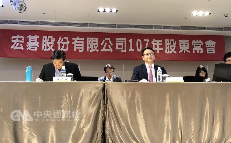 電腦品牌廠宏碁15日舉行股東常會,由董事長陳俊聖(前排右)回答股東提問。中央社記者吳家豪攝 107年6月15日