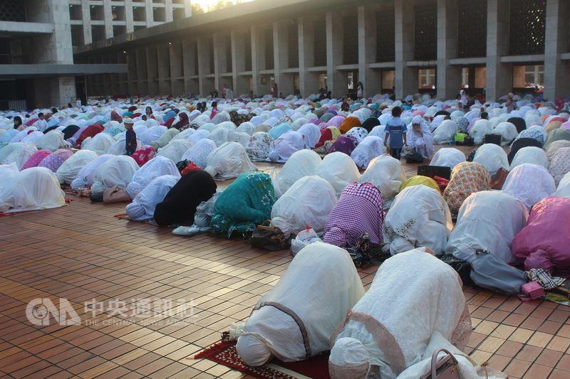 印尼穆斯林新年開齋節15日登場,雅加達的清真寺一早湧入許多穆斯林穿戴整齊前往禮拜。中央社記者周永捷雅加達攝  107年6月15日