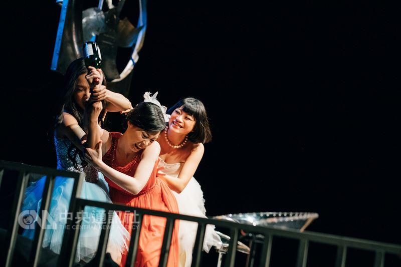 劇作家魏于嘉寫下劇作「媽媽歌星」,由導演陳侑汝執導,將透過女性創作者的角度,訴說女人們在時代更替、環境艱困下的抉擇。圖為演出劇照。(創作社提供)中央社記者汪宜儒傳真 107年6月15日