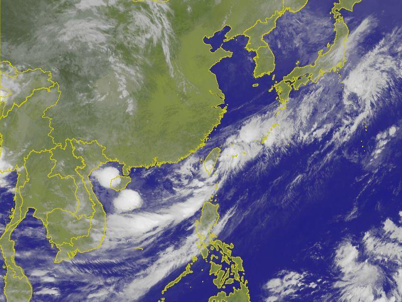 根據氣象局觀測,熱帶性低氣壓的中心上午7時至8時由高雄沿岸進入台灣西南部陸地,強度略減弱,目前正向東北東移動,時速15公里。(圖取自中央氣象局網頁cwb.gov.tw)
