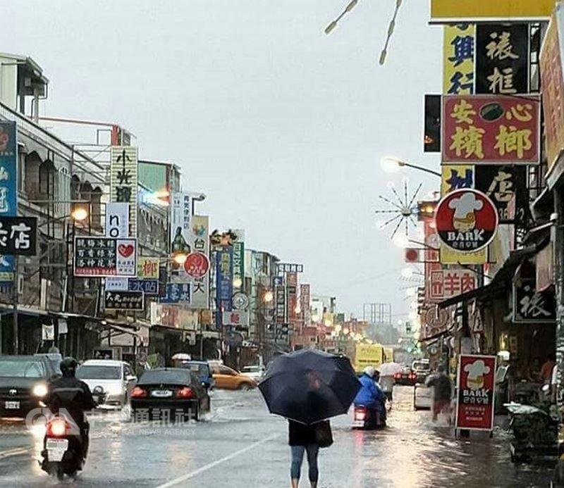熱帶性低氣壓帶來豪雨,加上遇滿潮,屏東東港鎮15日上午有多處淹水情形,縣內多處路段進行交通管制。圖為鬧區中正一路淹水。(民眾提供)中央社記者郭芷瑄傳真 107年6月15日
