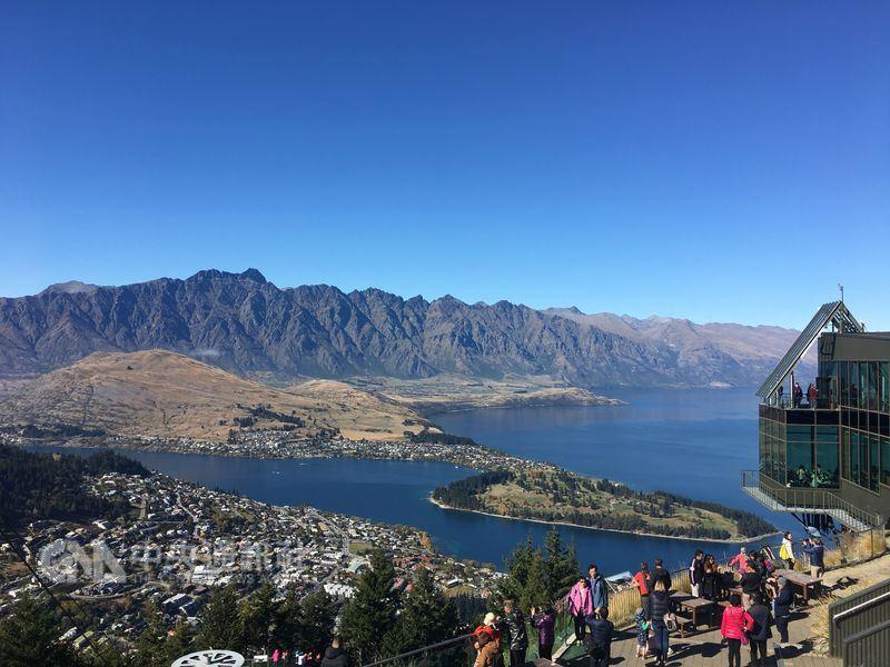 紐西蘭的工黨政府15日表示,他們計劃對大部分外國遊客徵收觀光稅,這筆觀光稅最高每人24.40美元(約新台幣720元),將於2019年年中實施。圖為紐西蘭皇后鎮。(中央社檔案照片)