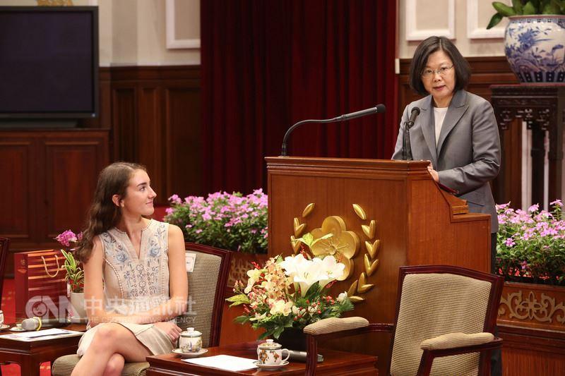 總統蔡英文(右)15日在總統府,接見非洲蚊帳大使凱瑟琳.科邁爾(左),致詞分享台灣防瘧的經驗。中央社記者鄭傑文攝 107年6月15日