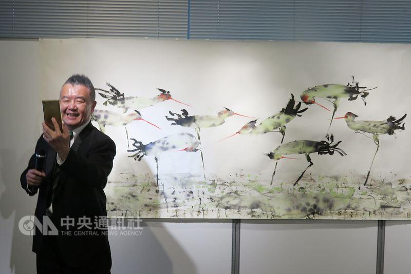 台灣藝術家曾郁文1954年生於台南,畫作主題多與民俗文化有關。但目前他定居淡水河畔,迷上畫水鳥。他預告2020年要將水鳥畫作再帶到東京展出。中央社記者楊明珠東京攝 107年6月16日