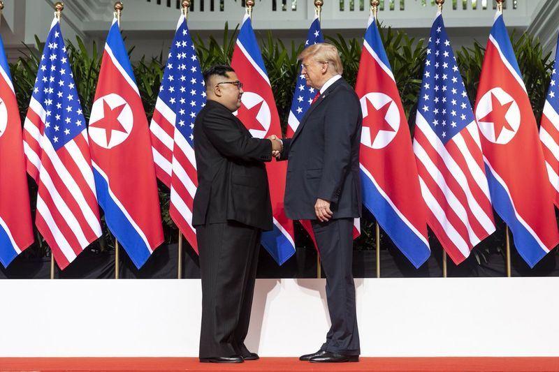 美國總統川普(右)12日上午9時4分於新加坡與北韓領導人金正恩互相問候,雙方隨後握手合照,實現雙方領導人73年來的破冰一握。(圖取自白宮社群媒體主任史卡維諾推特網頁twitter.com/Scavino45)