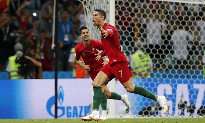 2018年世界盃足球賽小組賽15日由葡萄牙出戰西班牙,葡萄牙球星羅納度(前)在比賽中大玩帽子戲法,終場以3比3與西班牙踢成平手。(達志提供)