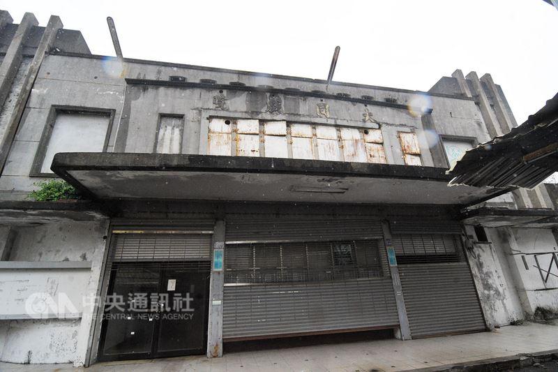 台東縣最後一家關門的傳統戲院大同戲院荒廢迄今,日前傳出台東縣政府有意拆除,民間社團盼再評估。台東縣府表示,將與地主研議先暫緩拆除。中央社 107年6月16日