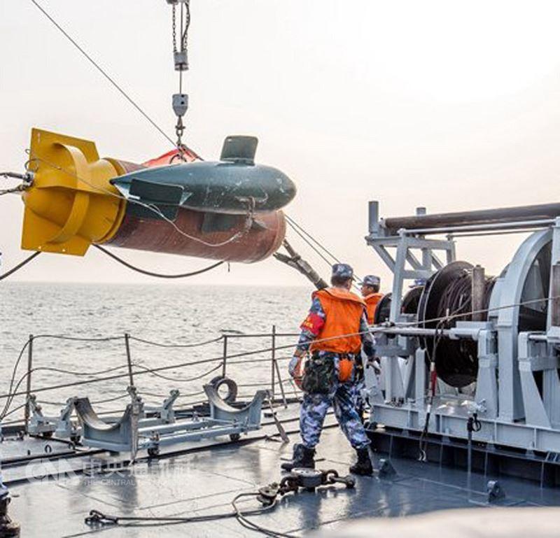 中國海軍網報導稱,海軍首次舉行「勇敢杯」水雷戰競賽性考核,由各戰區海軍組成的轟炸機佈雷編組與獵掃雷艦反水雷作戰群,演練實戰條件下的水雷作戰。圖為佈放掃雷機具作業。(取自中國海軍網)中央社 107年6月17日