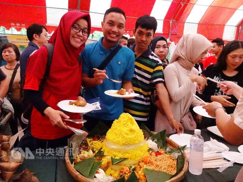 高雄市政府勞工局17日舉辦印尼開齋文化節活動,讓新移民、印尼移工享用美食同樂,現場洋溢歡樂氣氛,絲毫不受下雨的影響。(高市府提供)中央社記者王淑芬傳真 107年6月17日