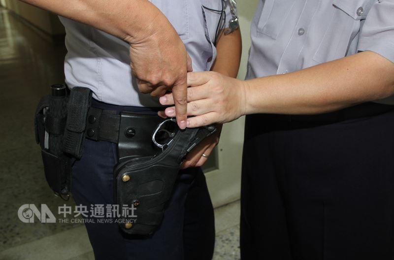 台南市一名通緝犯楊姓男子17日清晨拒捕並奪走警槍逃逸。警方事後模擬過程,指稱當時在拉扯間把警槍拉成符合前壓式槍套可抽出的角度,把警槍抽走。中央社記者楊思瑞攝 107年6月17日