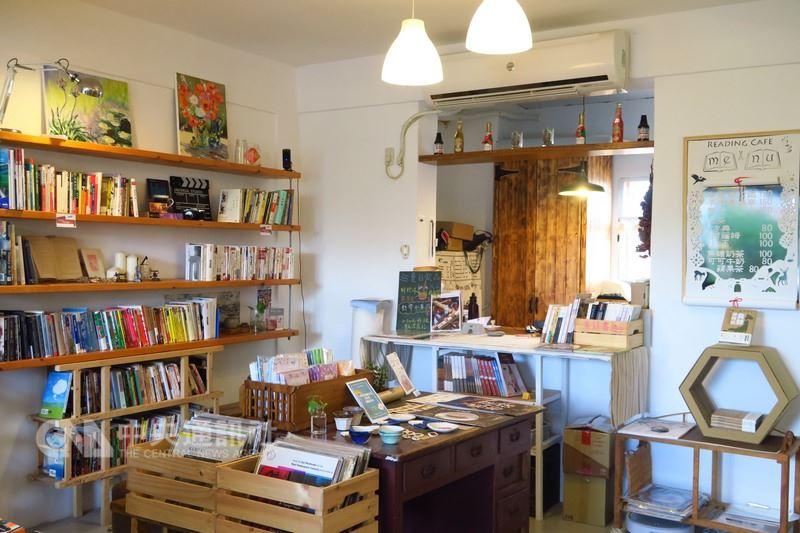 不設低消的紅氣球書屋是全台最南端的獨立書店,開幕半年已經成為當地人口中「恆春的客廳」,有別於一般書店靜謐的氣氛,紅氣球書屋擺著簡單的沙發、桌椅,老闆夫妻的選書也十分用心,除了小說、藝術、攝影等,還有與環境、食物有關的議題,充滿對土地的關懷。中央社記者陳葦庭攝 107年6月17日
