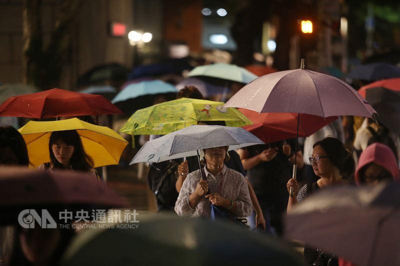 中央氣象局表示,全台10縣市有豪雨或大雨發生機率,提醒民眾注意瞬間大雨、雷擊及強陣風。(中央社檔案照片)