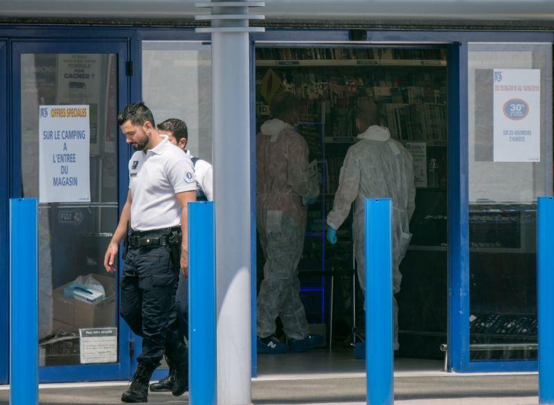 一名婦女17日在南部城鎮的超級巿場內高喊「真主至大」後,持美工刀攻擊兩個人,造成他們受傷。(法新社提供)