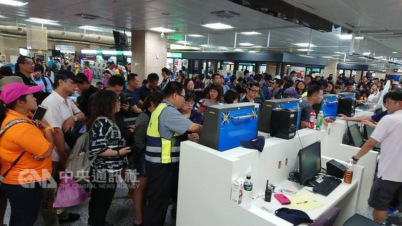 端午連假18日將告一段落,受到海上交通停航5日影響,大批遊客湧入澎湖機場候補。中央社  107年6月18日