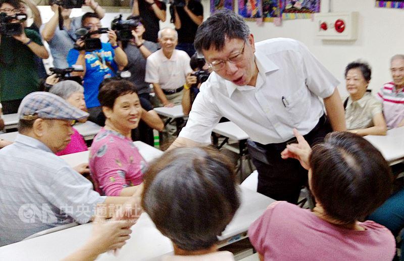 端午佳節到,台北市長柯文哲(前立者)18日到中山區埤頭里訪視,並與里民們互動寒暄。中央社記者陳妍君攝 107年6月18日