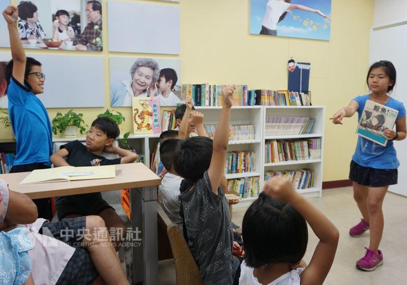 金門風獅爺童書館,每週三下午舉辦小朋友說故事時間。小小說書人爭相上台說故事,台下的大小朋友聽得津津有味,互動熱烈。中央社記者黃慧敏攝  107年6月18日