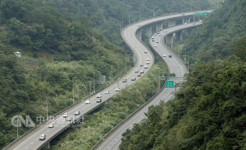 端午連假最後一天,午後高速公路開始出現北返車潮,加上多起事故導致部分路段壅塞,預估深夜才會紓解。(中央社檔案照片)