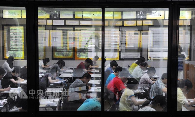 國家考試競爭激烈,每年高普考錄取率多為個位數,進入公職的年齡有較高的趨勢。(中央社檔案照片)