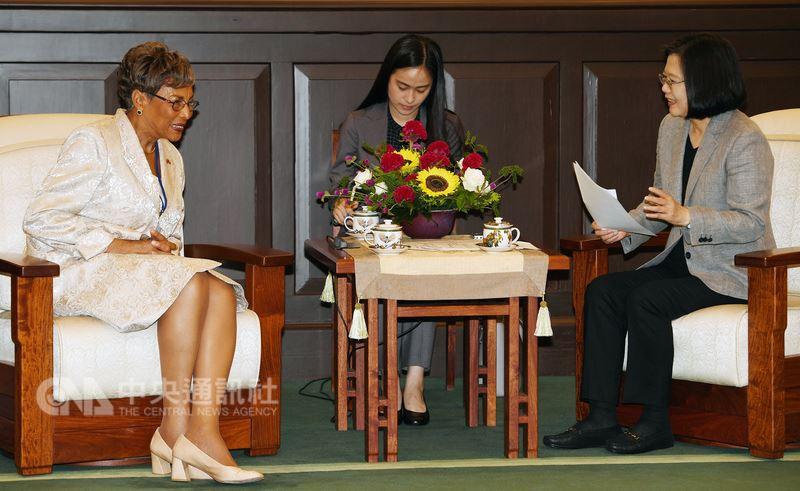 總統蔡英文(右)19日在總統府接見友邦貝里斯眾議院議長塔蘿拉(Laura Tucker-Longsworth)(左)等一行,感謝貝里斯長期在世界衛生大會、國際民航組織以及聯合國氣候變化綱要公約等國際場域給台灣堅定的支持。中央社記者施宗暉攝 107年6月19日